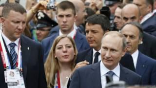 Владимир Путин покидает российский павильон на международной выставке в Милане (10 июня 2015 г.)