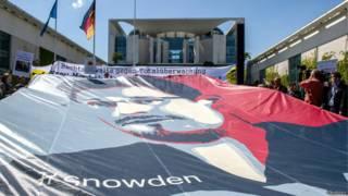 Плакат с портретом Сноудена