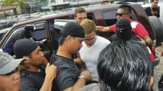 Голландец Дилан Снел, которого доставили в зал суда в Малайзии