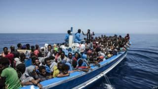 Судно с мигрантами из Ливии