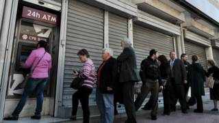Греки снимают евро