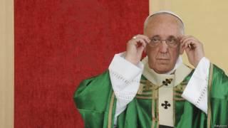 Папа римский перед Туринской плащаницей