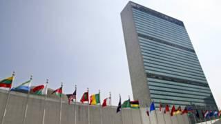 Флаги стран-участниц перед штаб-квартирой ООН в Нью-Йорке