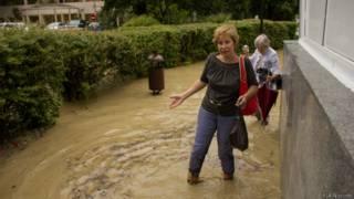 Женщина по колено в воде