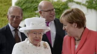 Королева Елизавета II, канцлер Ангела Меркель, герцог Эдинбургский Филипп и глава фаарата канцлера Петер Альтмайер в Берлине (24 июня 2015 г.)