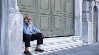 Пенсионер у закрытого банка в Афинах