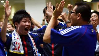 इंग्लैंड पर जीत का टोक्यो में जश्न मनाते जापानी समर्थक.