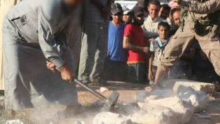 Боевики уничтожают статуи