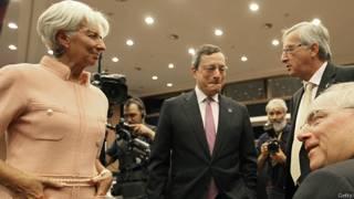 La directora general del FMI, Christine Lagarde, el presidente del Banco Central Europe Mario Draghi y el de la Comisión Europea Jean Claude Juncker durante una reunión de ministros de la Unión Europea en 2012.  .