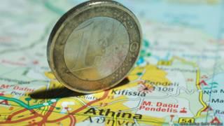 Монета в 1 евро на карте Греции