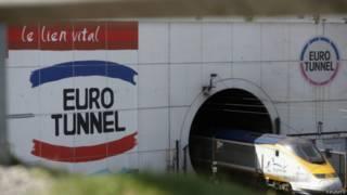"""Поезд """"Евростар"""" въезжает в подземный тоннель под Ла-Маншем со сторооны Франции"""