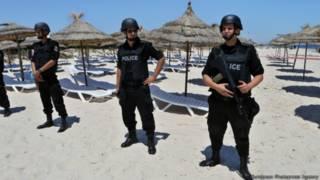 Сотрудники службы безопасности Туниса на пляже гостиницы Imperial Markhaba