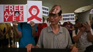 香港群眾在新加坡總領館門外抗議聲援余澎杉(5/7/2015)