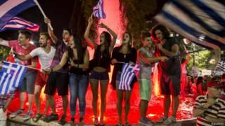 Ликование участников референдума в Греции (5 июля 2015 г.)