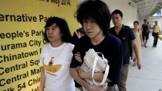 餘彭杉(右)在母親陪同下離開新加坡國家法院(6/7/2015)