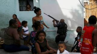 Polícia em ação no Rio de Janeiro (foto: Reuters)