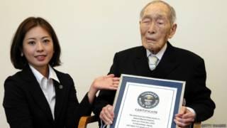 Sakari Momoi ao receber o certificado do Guinness, em agosto