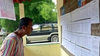 Cử tri Miến Điện xem danh sách ứng cử viên