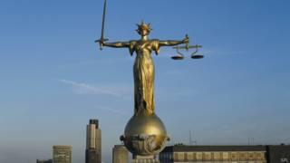 Статуя на крыше суда