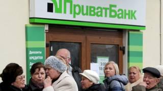 """Клиенты у отделения """"Приватбанка"""" в Крыму"""