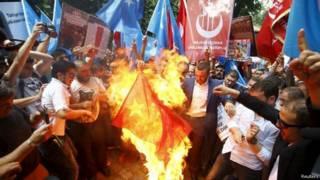 土耳其抗议者烧毁中国国旗。