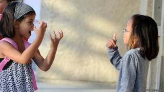أطفال يتحدثون بلغة الإشارة