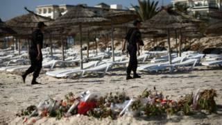 Полиция патрулирует пляж в Тунисе