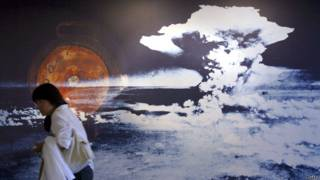 Un foto de una exhibición sobre la bomba atómica