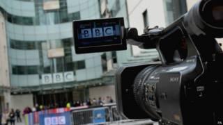 Камера снимает происходящее у входа в Новый дом радиовещания Би-би-си