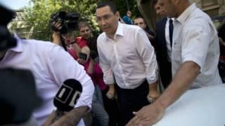 Thủ tướng Ponta, người vừa phục hồi sau ca mổ đầu gối, tới văn phòng công tố hôm thứ Hai 13/7/2015