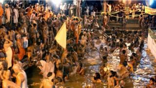 कुंभ में स्नान करते हुए साधु संन्यासी
