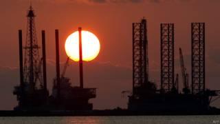 Plataformas petroleras al atardecer en el Golfo de México
