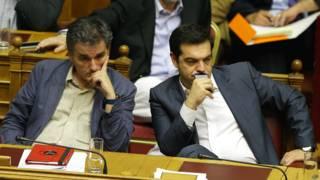 Премьер-министр Греции Алексис Ципрас и министр финансов Евклид Цакалотос в зале заседаний парламента