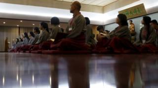 上海一座佛寺內信眾在聆聽法師講經(8/7/2015)