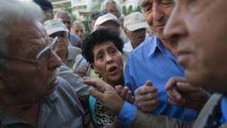 Греческие пенсионеры в очереди
