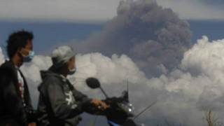 ज्वालामुखी से निकलती राख का गुबार