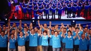 洪秀柱(中)、朱立倫(左)與馬英九(右)在國民黨大會上喊口號(台灣中央社圖片19/7/2015)