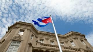 La bandera de Cuba ondeando frente a la embajada por primera vez en 54 años.