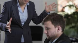 Женщина-босс ругает подчиненного