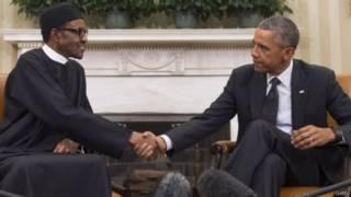 الرئيسان النيجيري والأمريكي يتصافحان