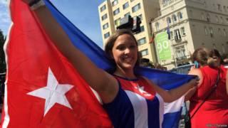 古巴裔美国人举起国旗庆祝