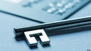Una llave y una tarjeta de crédito