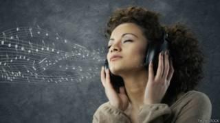 Una joven disfrutando de la música