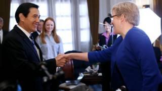 馬英九(左)與凱瑞握手