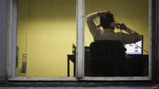 Мужчина в офисе ночью