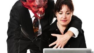 Босс в виде дьявола пристает к сотруднице