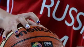 Рука с баскетбольным мячом