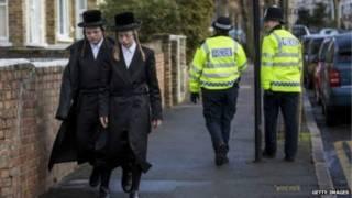 Ортодоксальные евреи на улице британского города