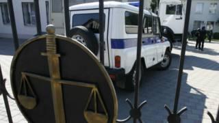 Автозак в Росії біля будівлі суду