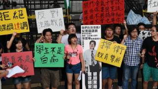 反黑箱课纲学生7月23日在教育部前抗议。